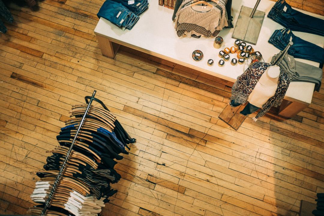 Kosketusnäyttö palvelee asiakkaita myymälöissä silloinkin, kun myyjä on varattuna.